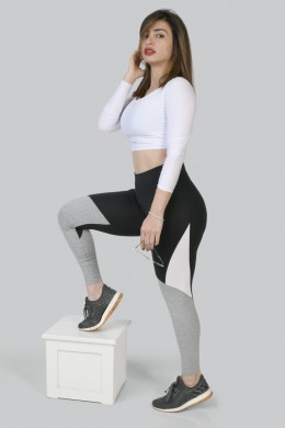 White top long sleeves grey and black tights